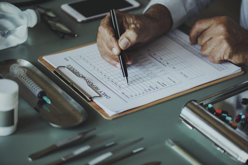 lekarz-wypisuje-karte-pacjenta